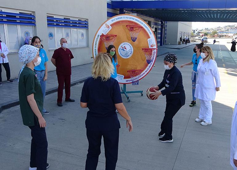 Sağlıkçılar basket atarak meme kanseri için farkındalık oluşturdular