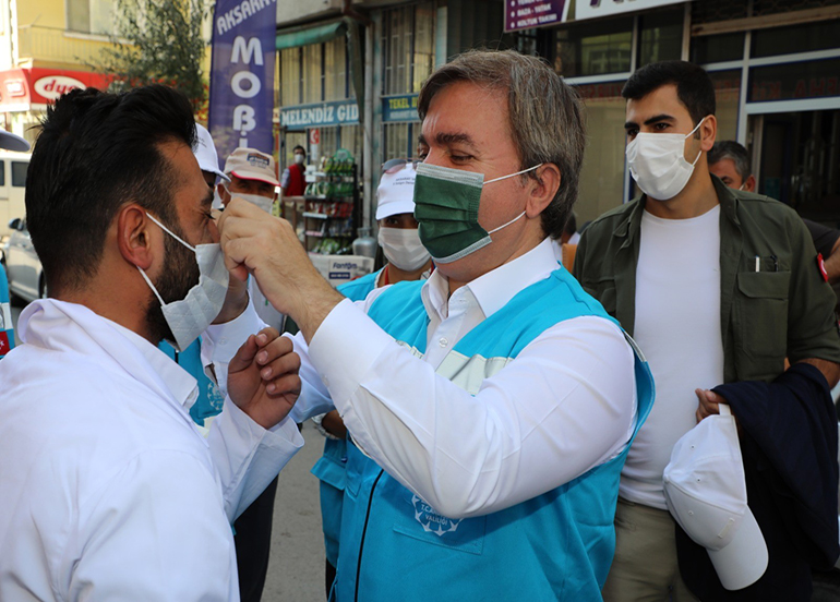 Vali Aydoğdu hem maske dağıttı, hem de maske taktı