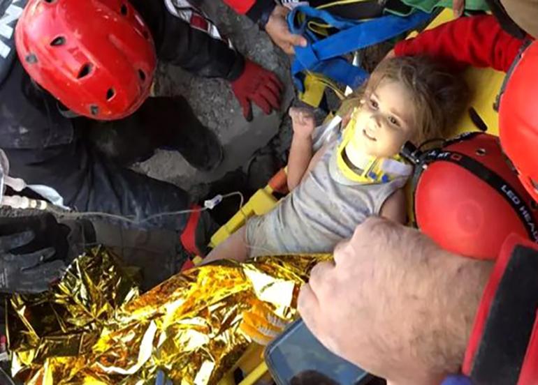 Rıza Bey Apartmanı'nda mucize! 4 yaşındaki Ayda 91 saat sonra canlı çıkarıldı