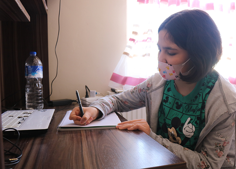 Diyaliz hastası Azra, doktor olup çocukları tedavi etmek istiyor