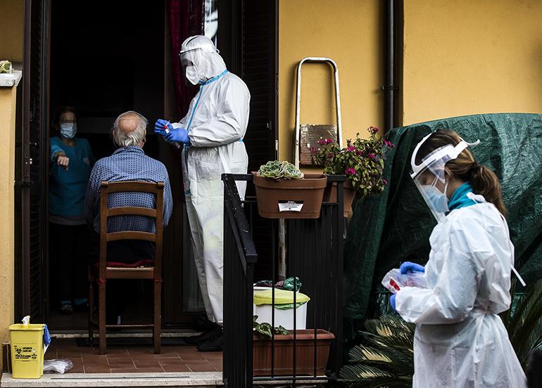 İtalya'da son 24 saatte Covid-19'a bağlı 686 ölüm kaydedildi