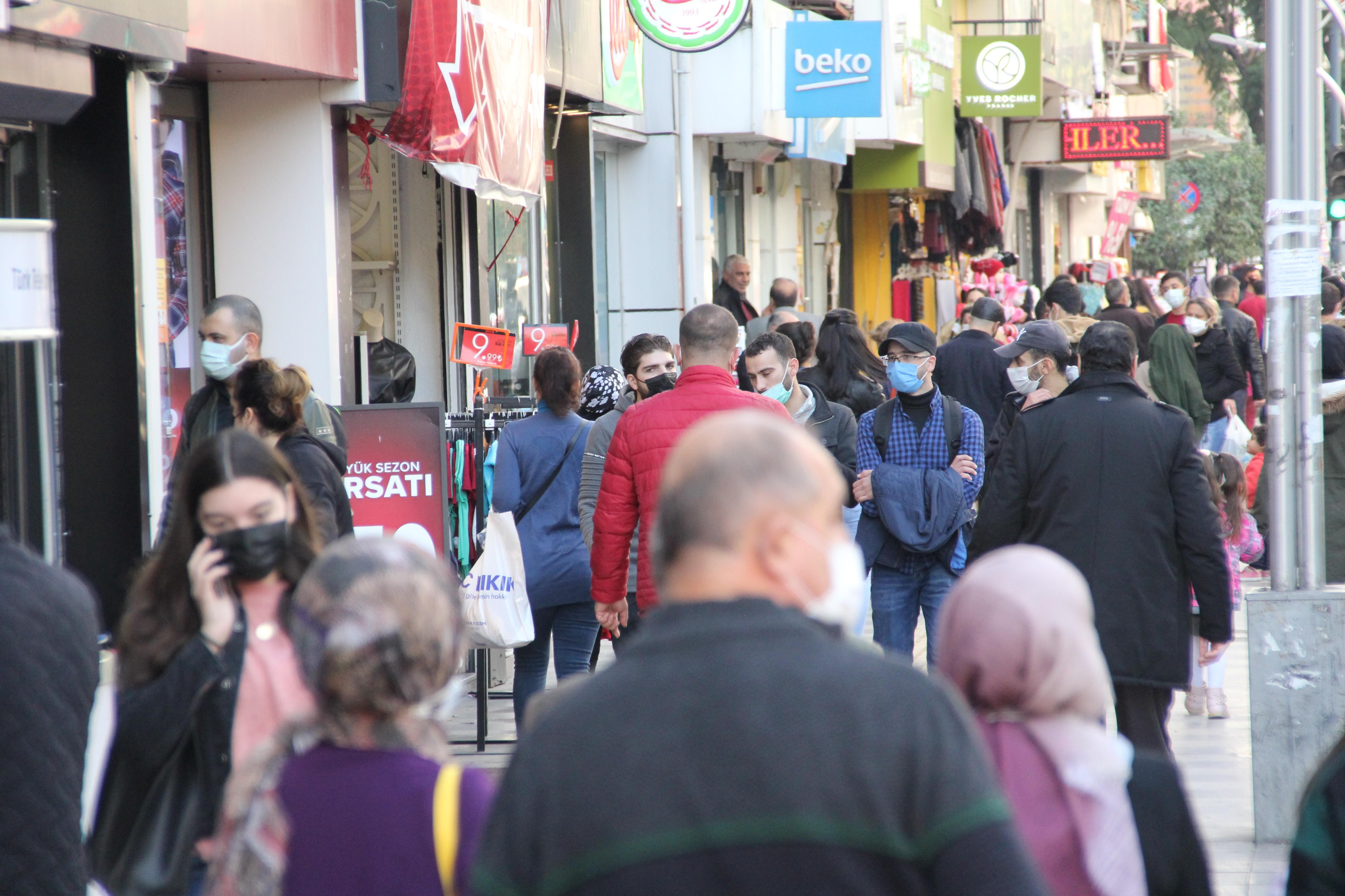 Bakan Koca'nın uyardığı Mersin'de caddeler tıklım tıklım