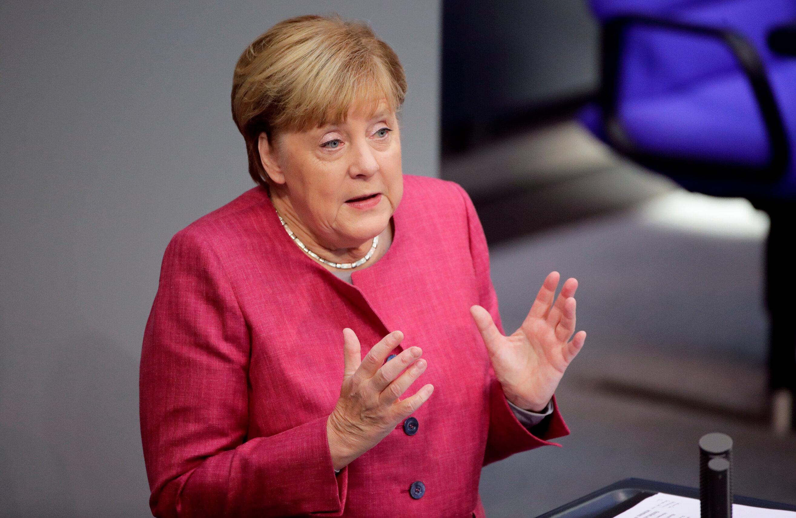 Merkel, Prof. Uğur Şahin ve Dr. Özlem Türeci'yi tebrik etti