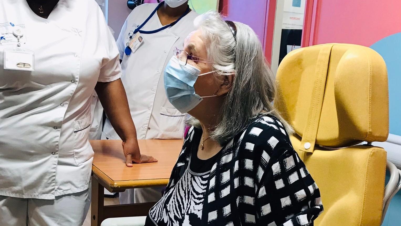 Fransa'da ilk koronavirüs aşısı 78 yaşındaki kadına yapıldı