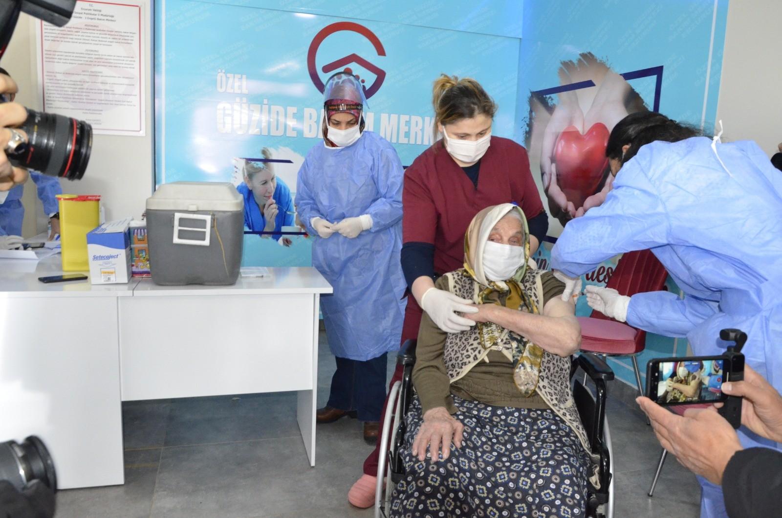 Erzurum'da Bakımevinde kalan yaşlılar aşılanmaya başlandı