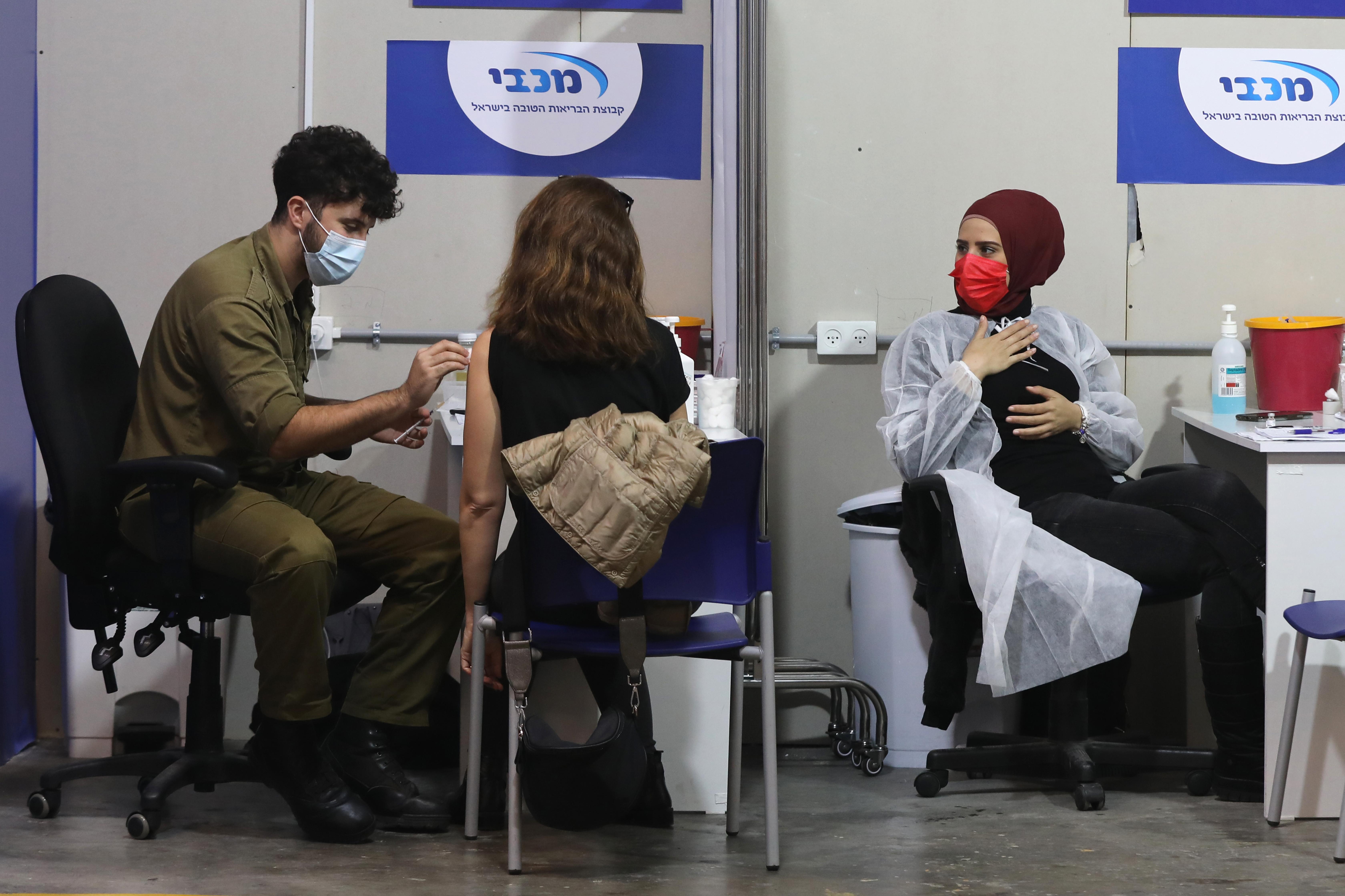 İsrail'de gençler de Covid-19'a karşı aşılanmaya başladı