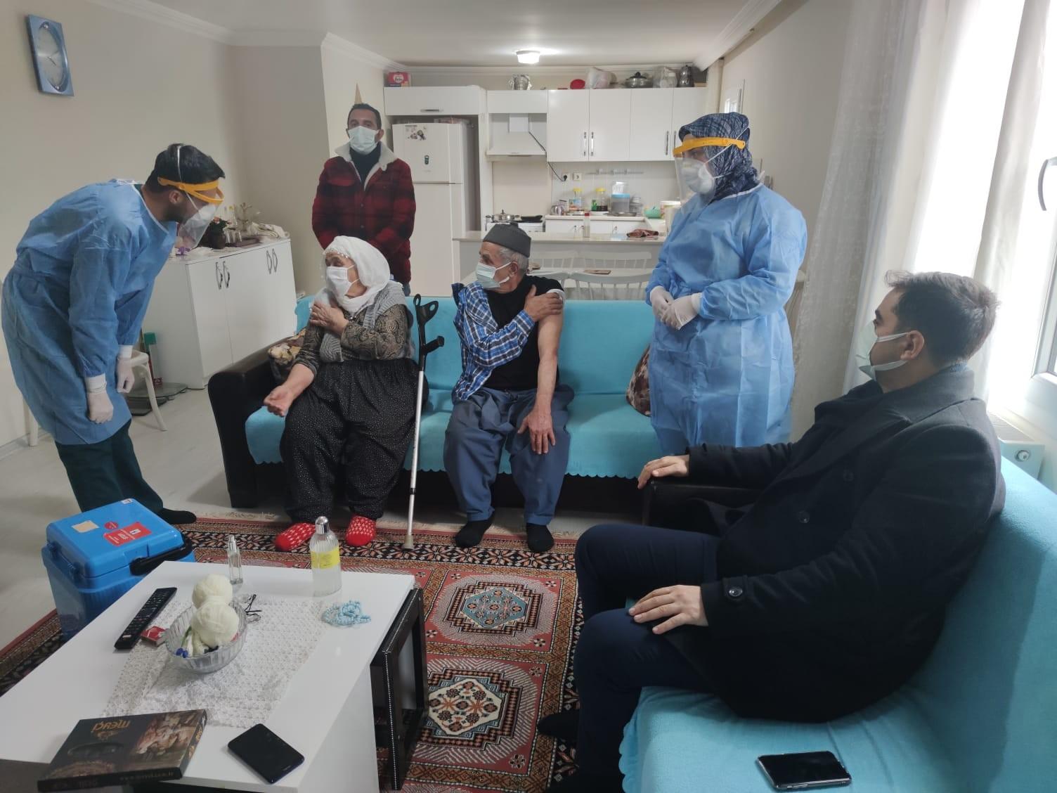 85 yaşındaki 67 yıllık çift evinde birlikte aşı oldu