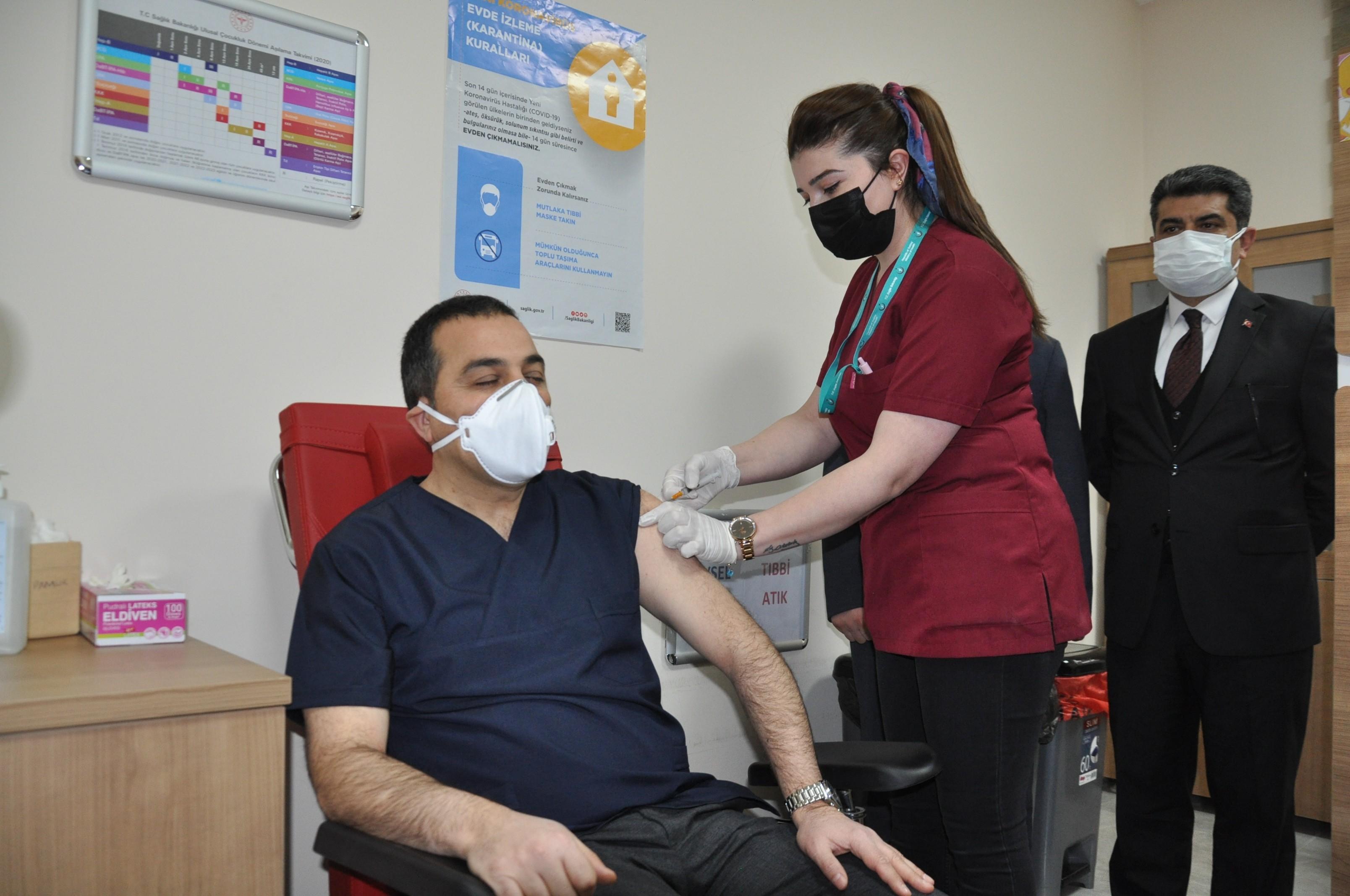Kars Valisi Türker Öksüz'e Covid-19 aşısı yapıldı