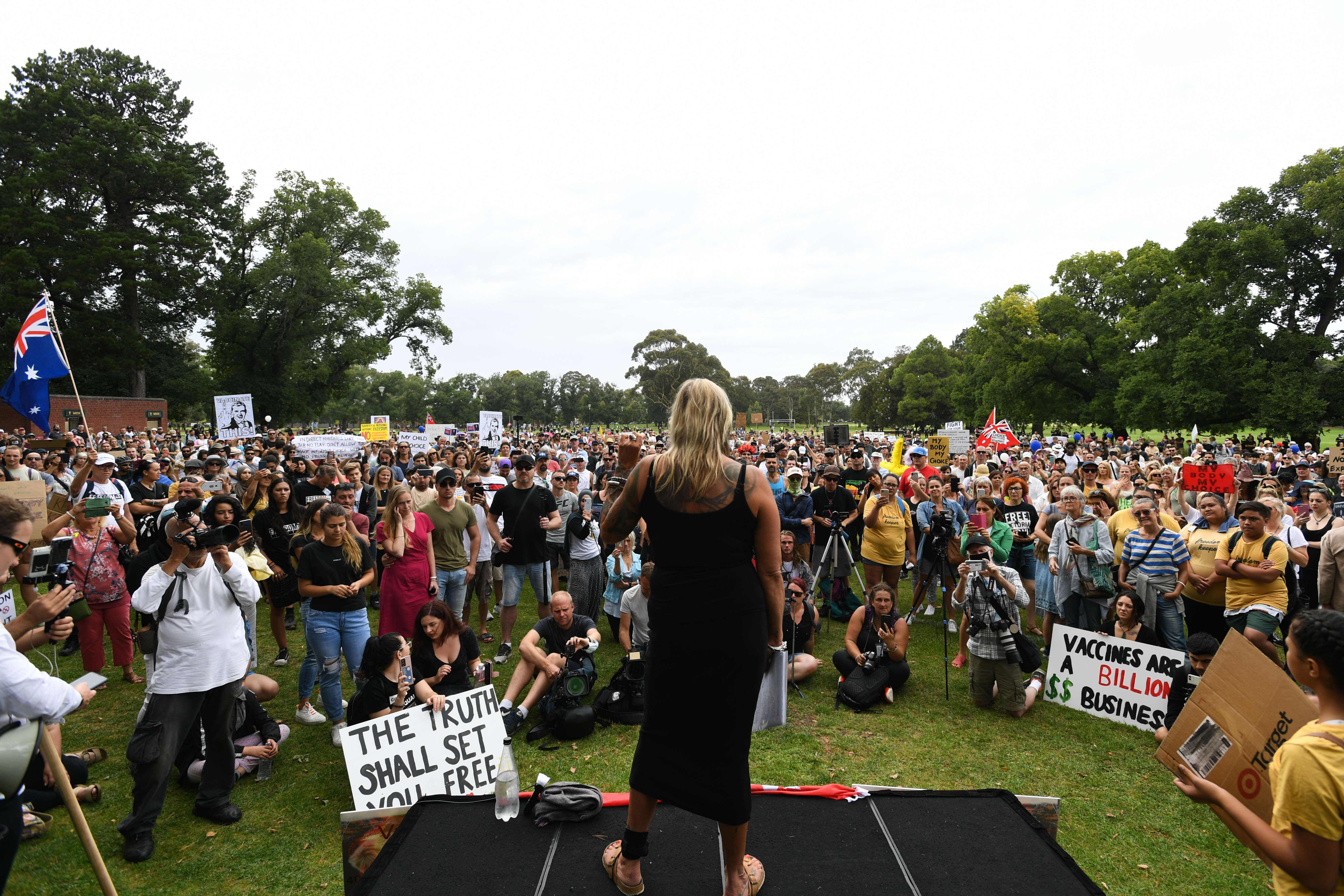 Avustralya'da aşı karşıtları sokaklara döküldü