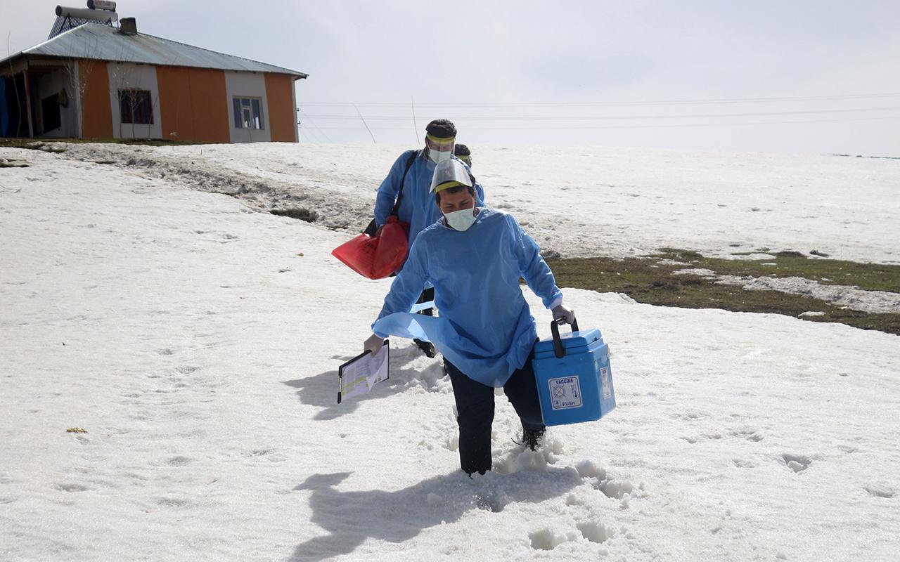 Sağlıkçıların nisan ayında karlı yollarda aşı mesaisi