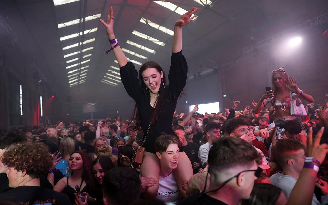 İngiltere'de karantina sonrası maske ve mesafesiz ilk parti