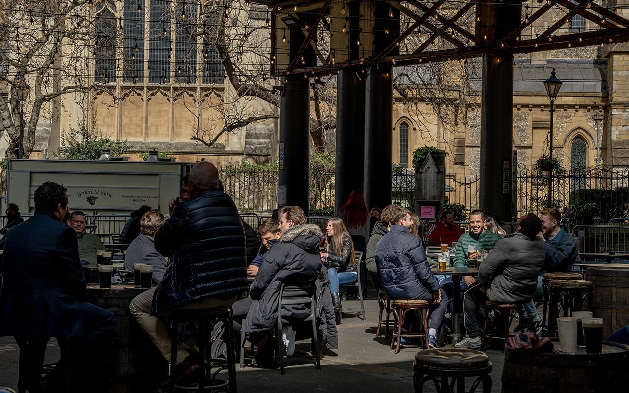 İngiltere'de sosyal mesafe rafa kaldırılıyor