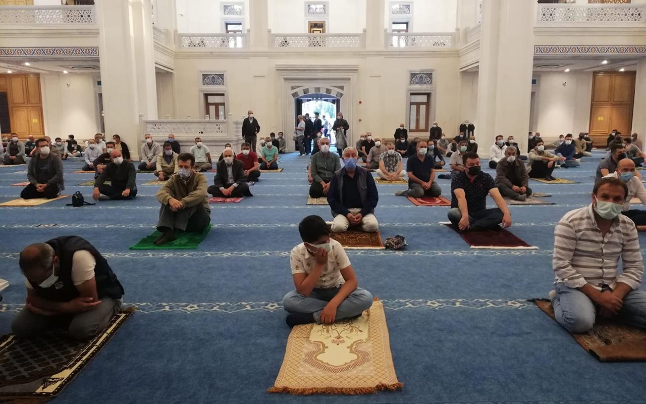 Camilerde sosyal mesafeli bayram namazı