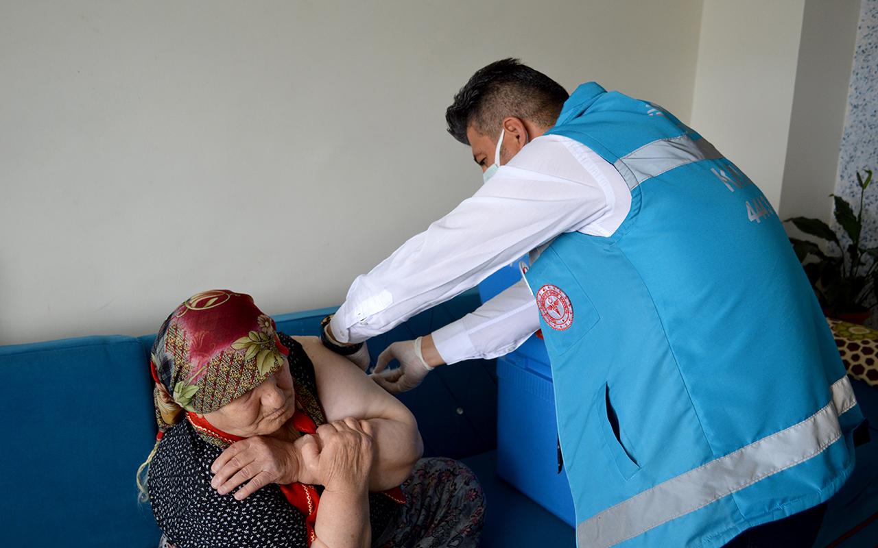 Oğlunun ikna ettiği 91 yaşındaki Raziye nine Covid-19 aşısını evinde oldu