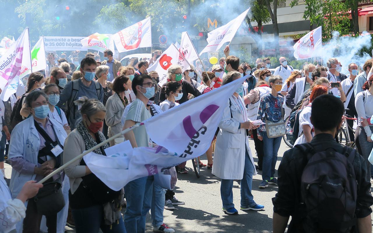Fransa'da doktorlar ve sağlık personelinden hükümet karşıtı protesto