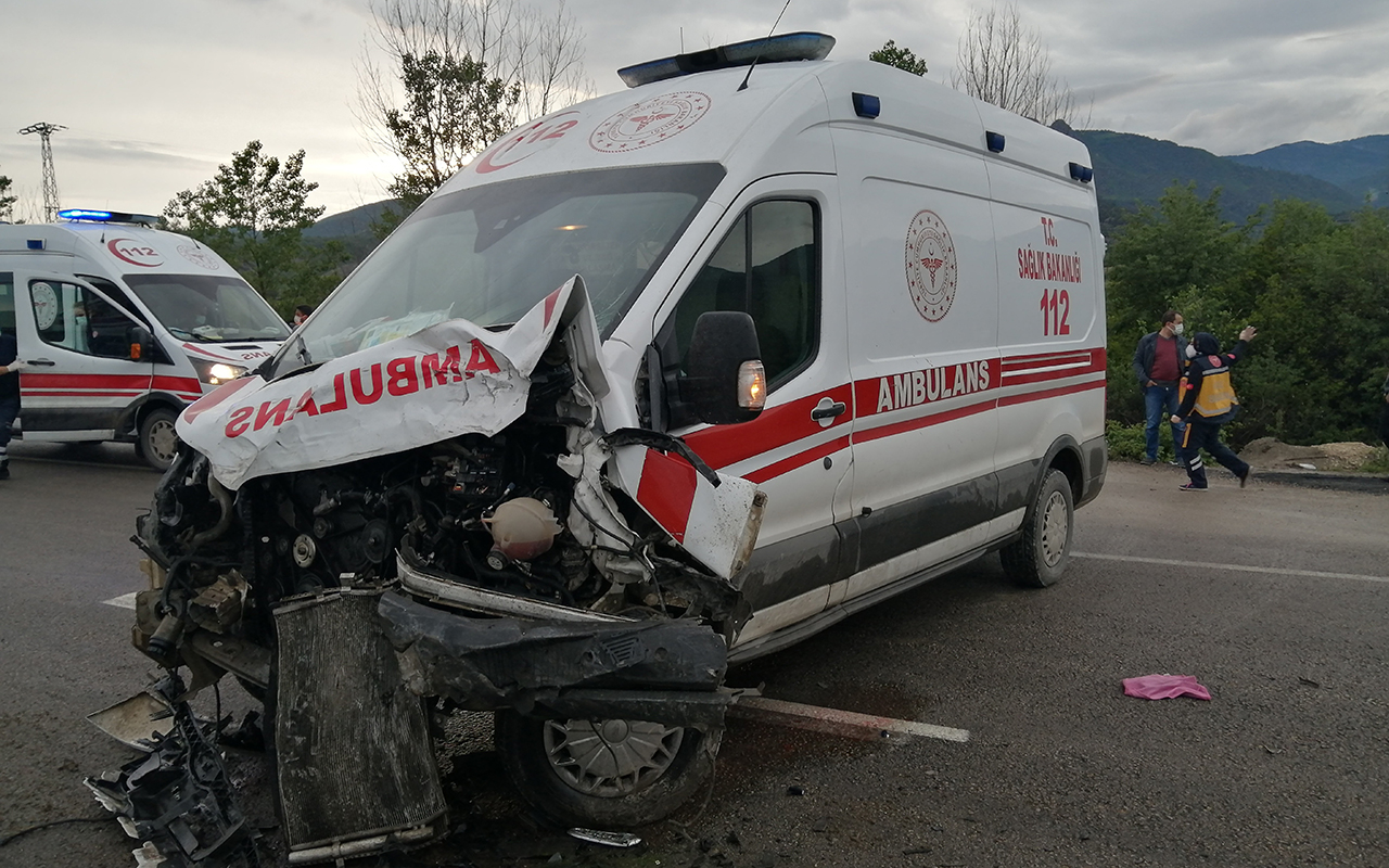 Covid-19 hastası taşıyan ambulans, minibüs ile çarpıştı! Hurdaya dönen araçta yaralanan olmadı