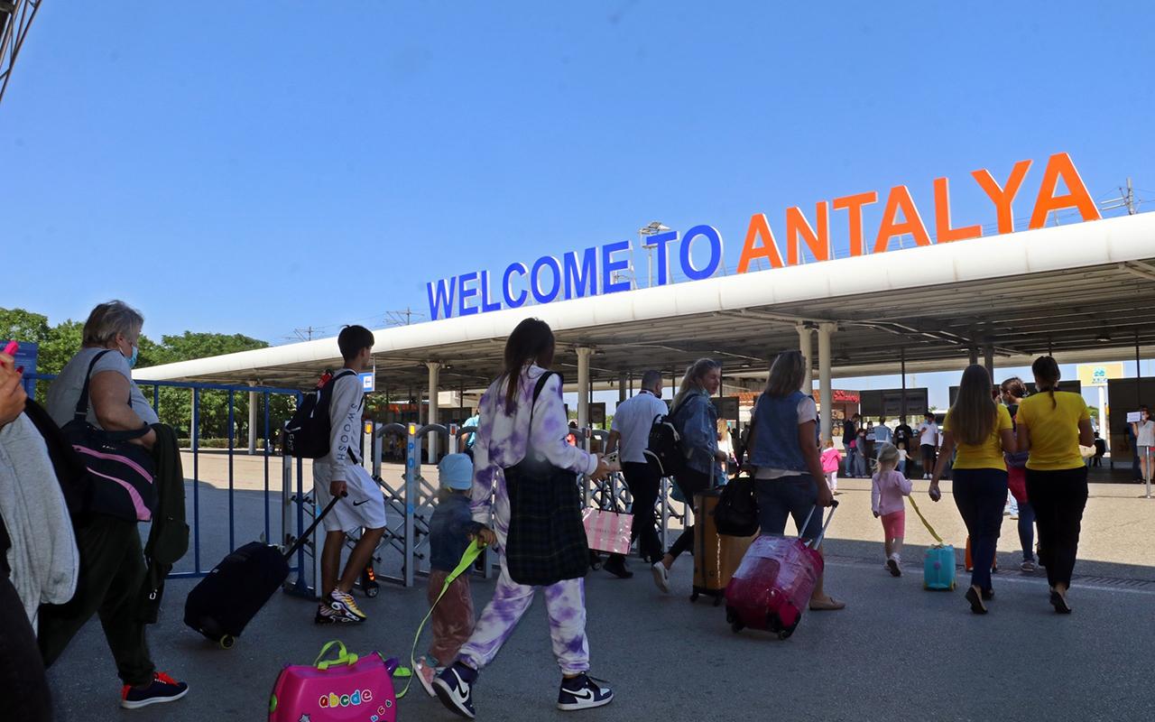 Vaka sayıları düştü, Antalya'ya günlük gelen uçak sayısı ikiye katlandı