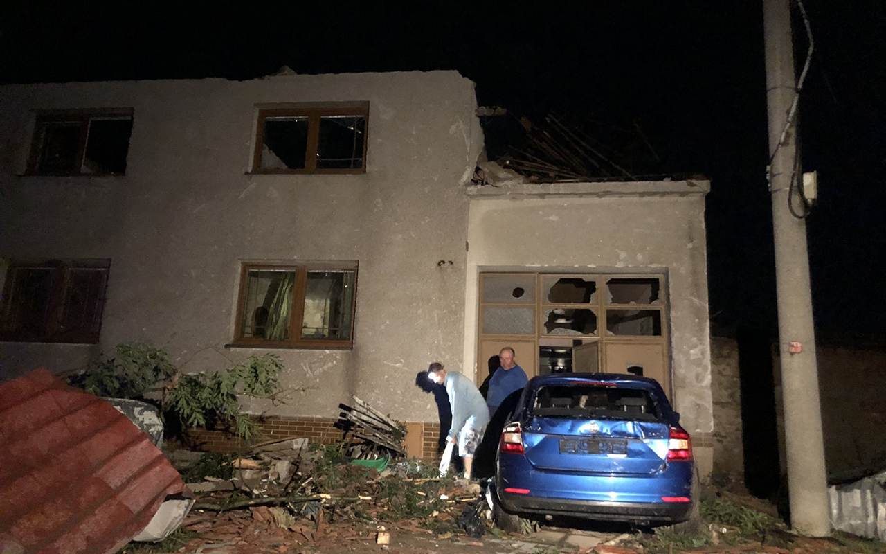 Kasırga, Çekya'yı yerle bir etti: 150 yaralı