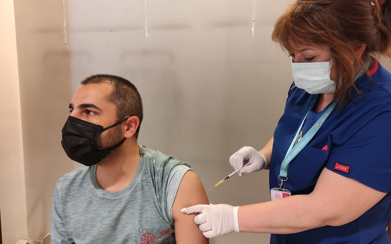 AVM'lerde alışveriş yapıp aşılarını oluyorlar