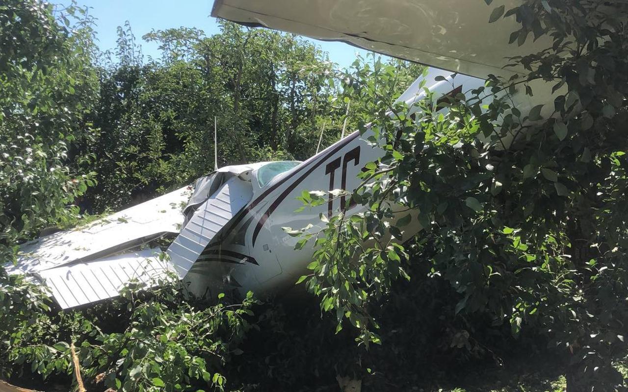 Bursa'da eğitim uçağı havalimanı yerine meyve bahçesine indi: 2 yaralı