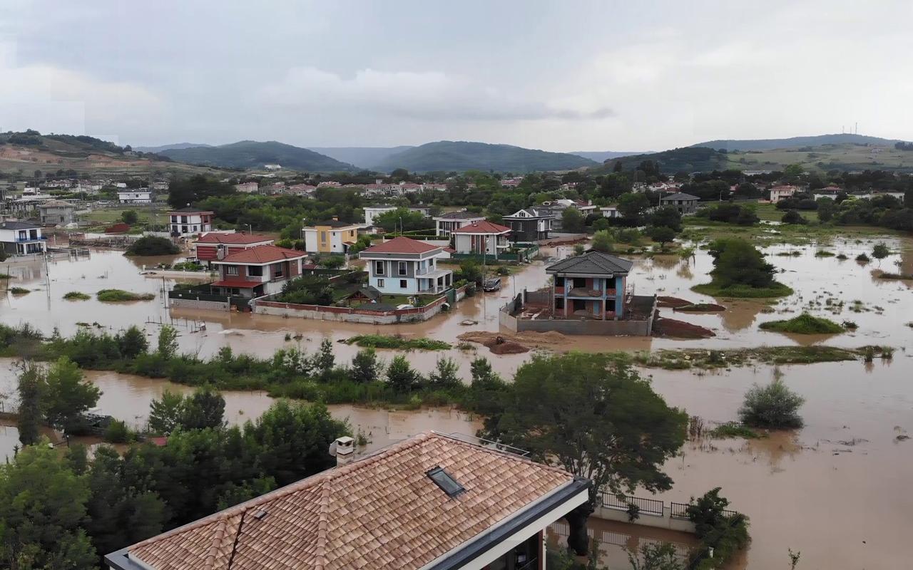 Şile'de yoğun yağış sel oluşturdu