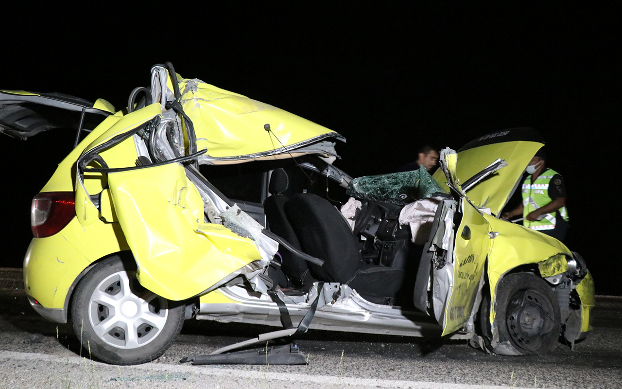 Ticari taksi arpa yüklü traktöre arkadan çarptı: 2'si ağır 3 yaralı