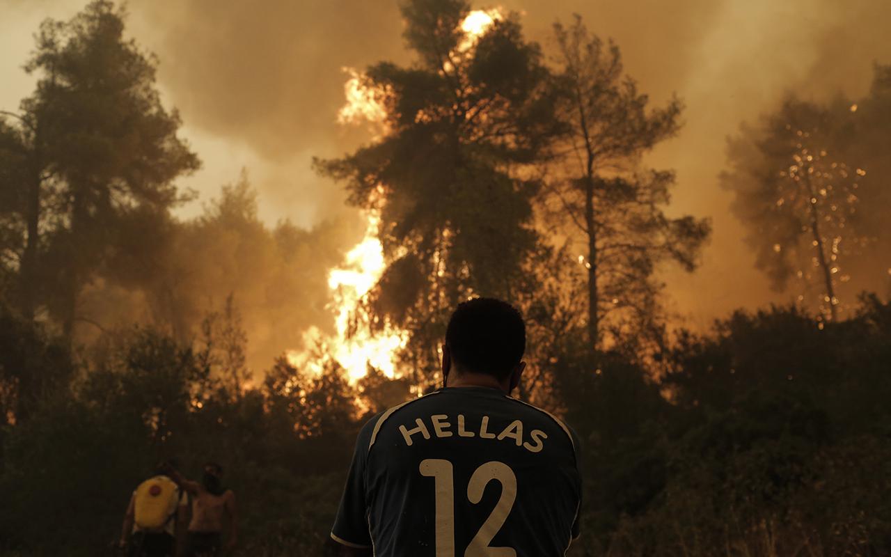 Yunanistan'ın Eğriboz Adası'ndaki yangınlara 17 hava aracı ile müdahale sürüyor
