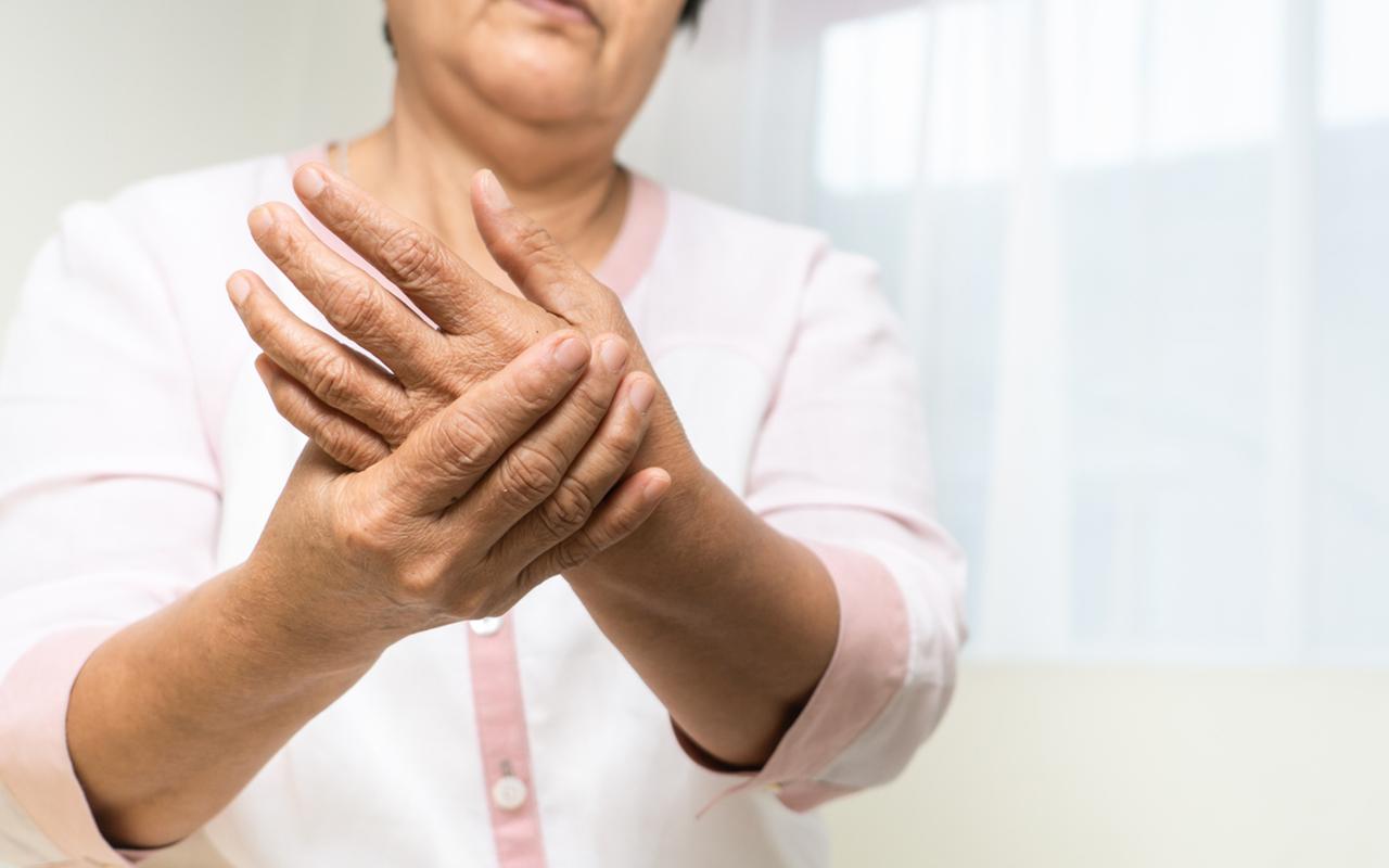Romatoid artrit hastalığı tedavi edilmezse eklemlerde kısıtlılık meydana gelebilir