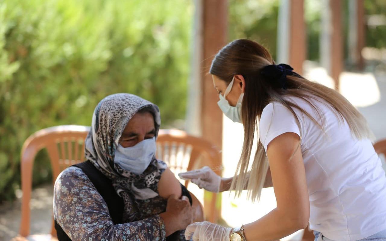 Mobil aşı ekipleri köy köy dolaşıp aşı yapıyor