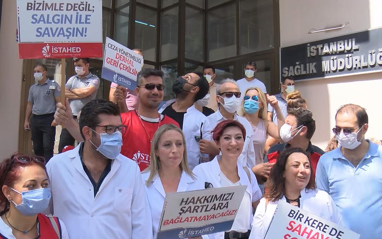 İş bırakan aile hekimlerinden İl Sağlık Müdürlüğü önünde eylem