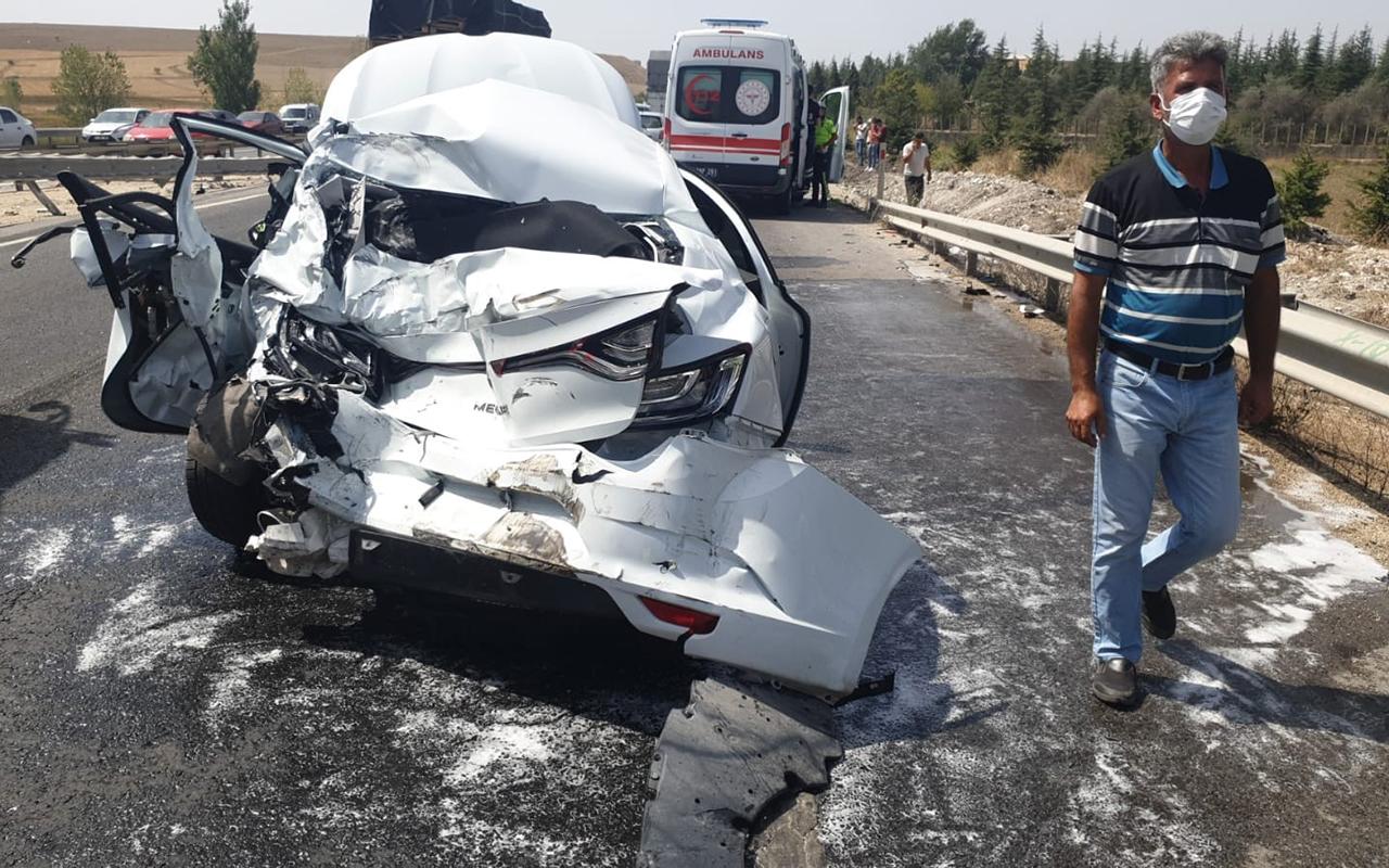 Çekici otomobile çarptı: 3 yaralı