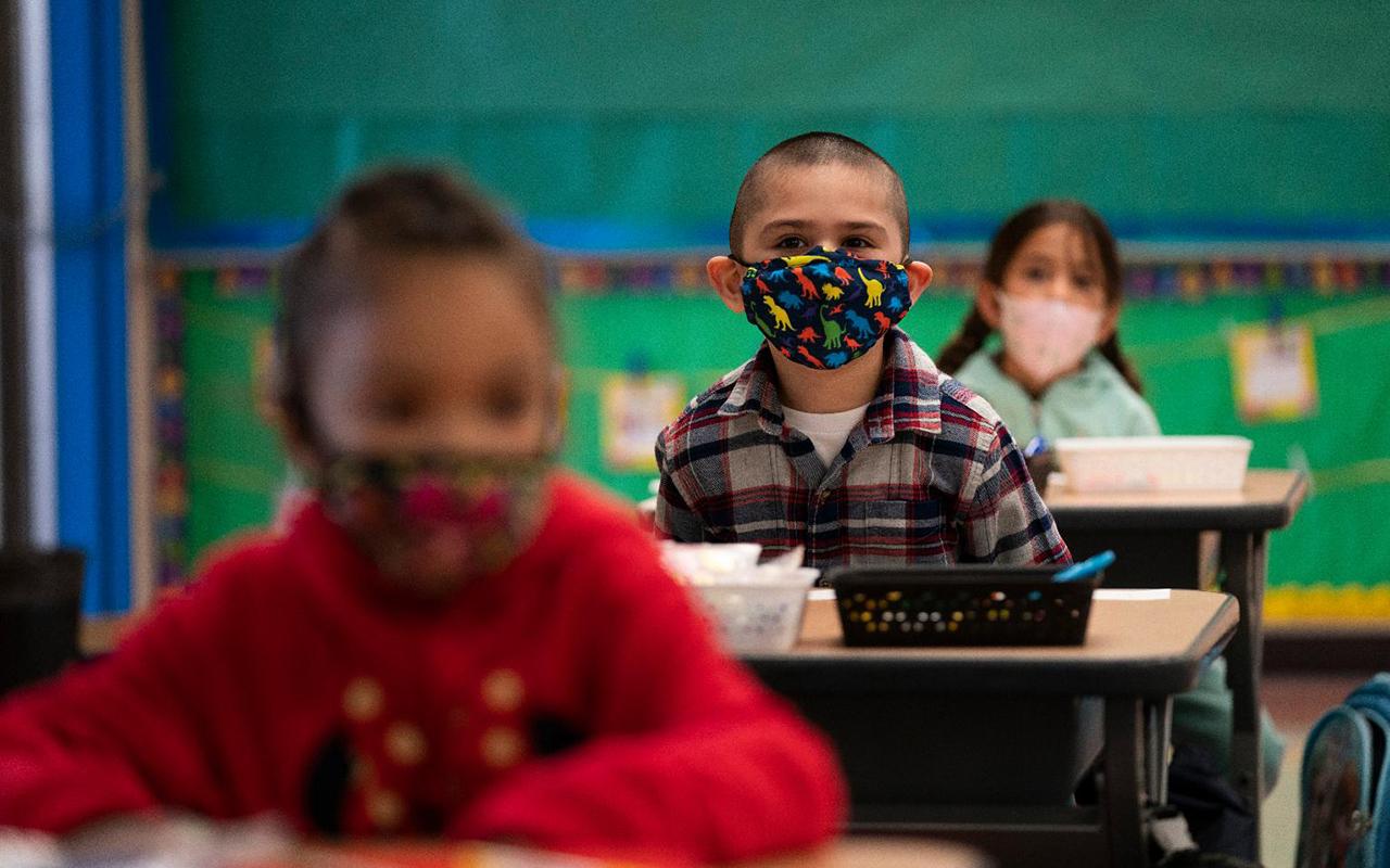 Öğretmen maskesini çıkardı, sınıfın yarısına korona virüs bulaştı