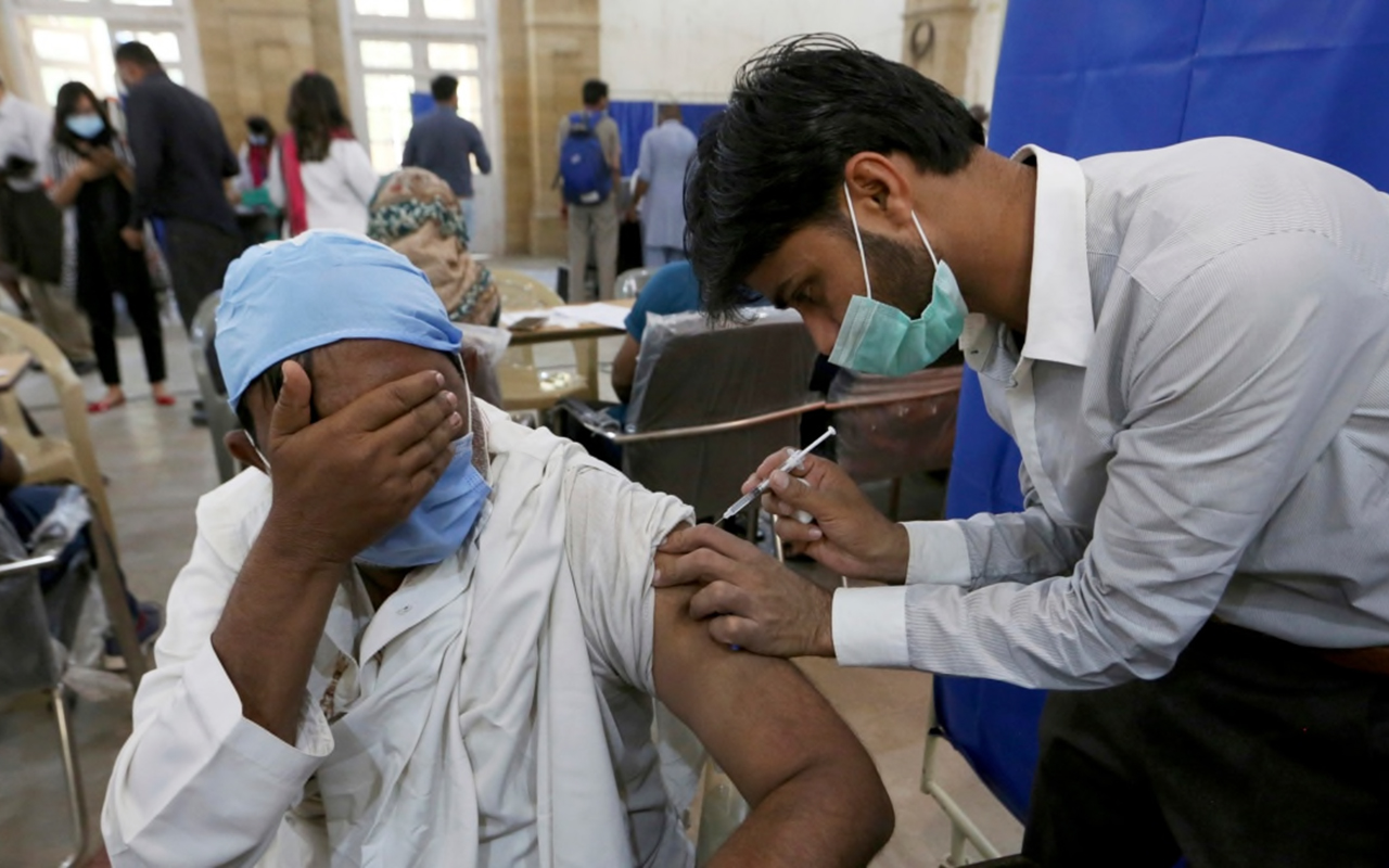 Pakistan'da aşı olmayana benzin satışı yapılmayacak