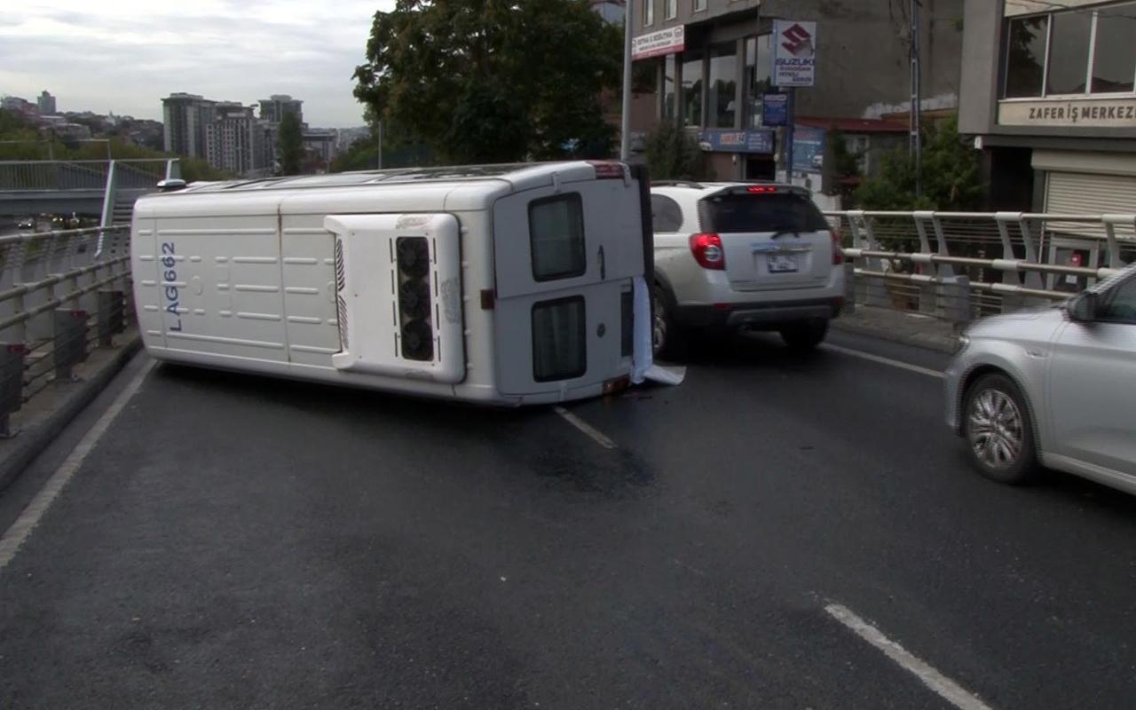 Sağlık çalışanlarını taşıyan servis minibüsü kaza yaptı