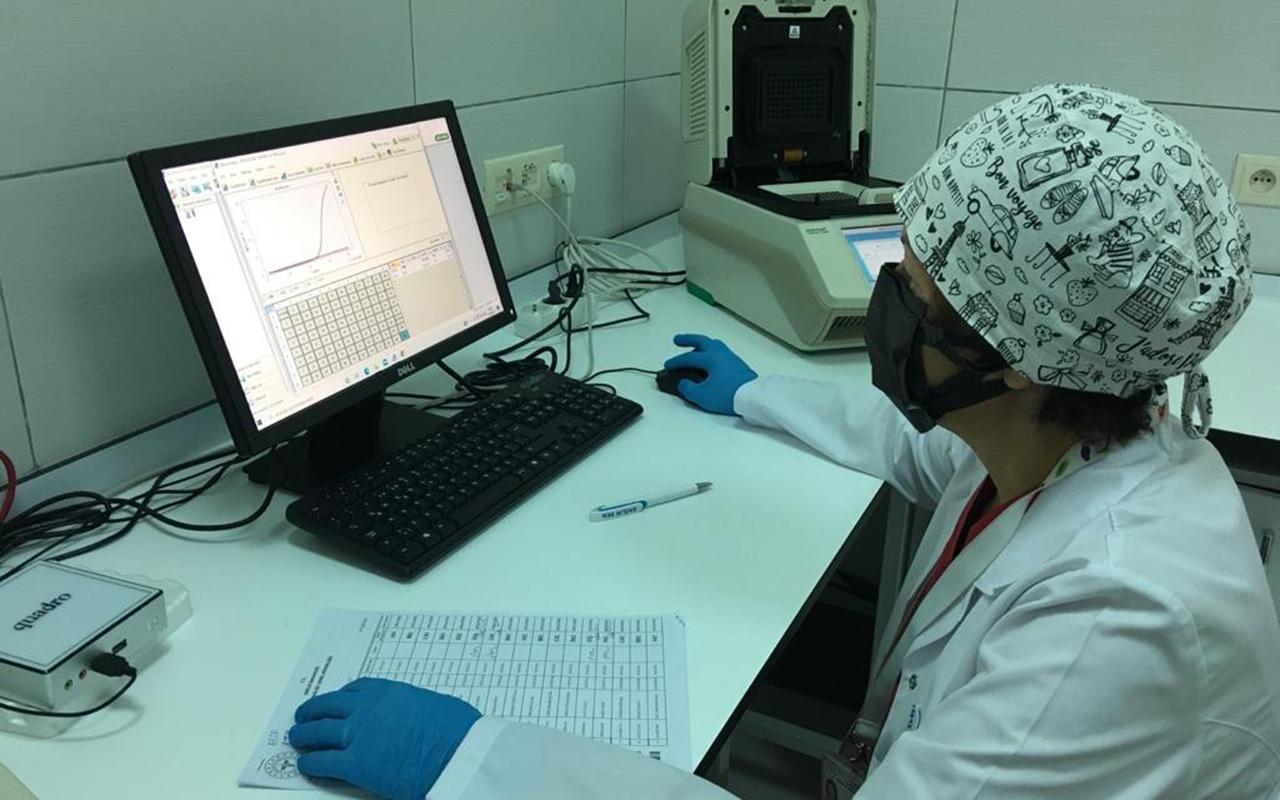 Aşısızlar, PCR test laboratuvarlarının yükünü artırıyor