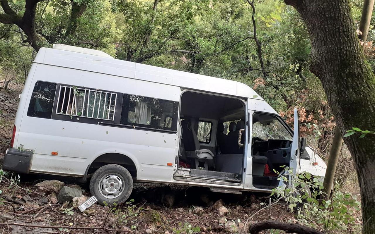 Kamyonete çarpan öğrenci servisi dereye uçtu: 10 yaralı