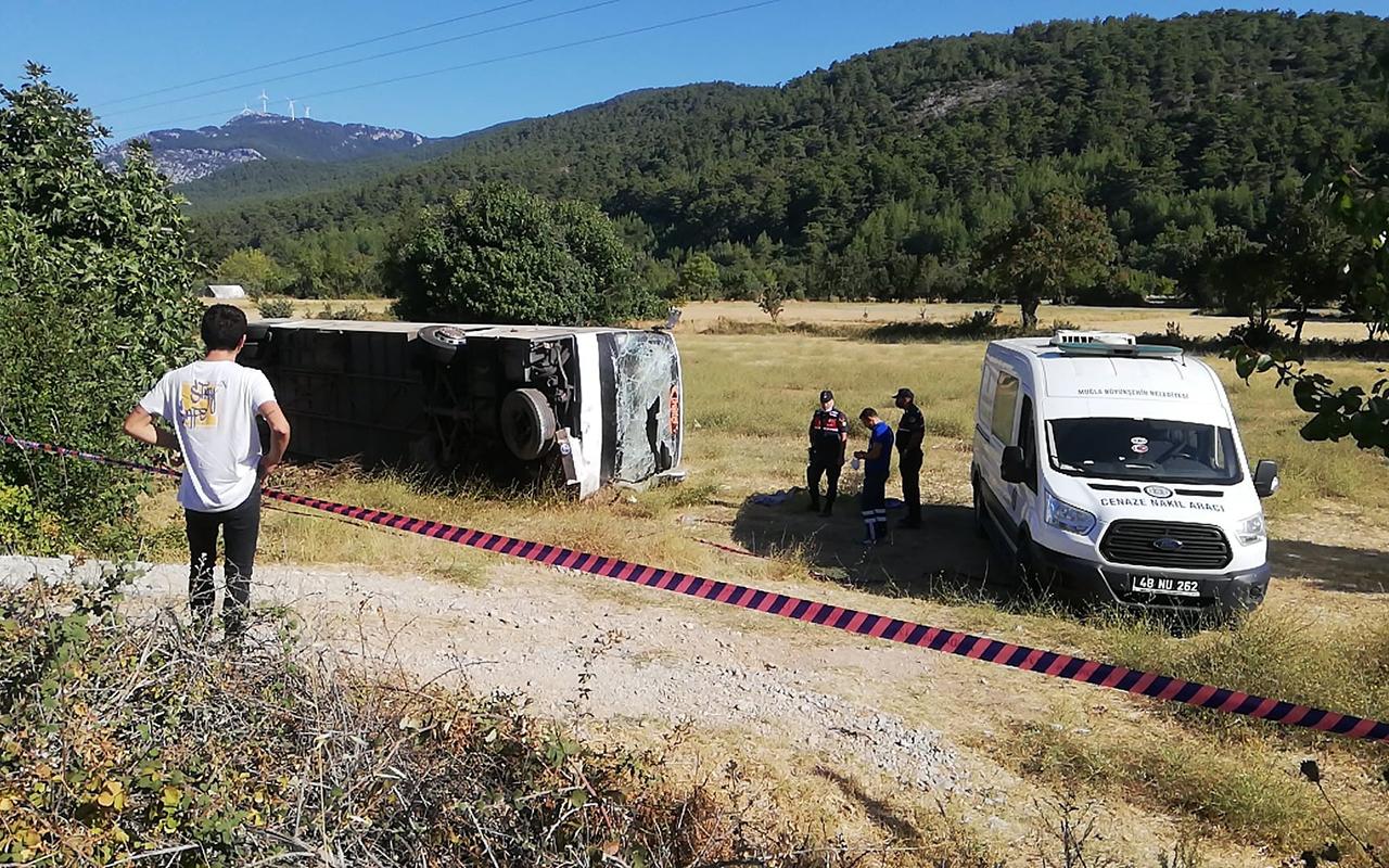 Tur otobüsü öğrenci servisine çarptı: 1 ölü, 49 yaralı