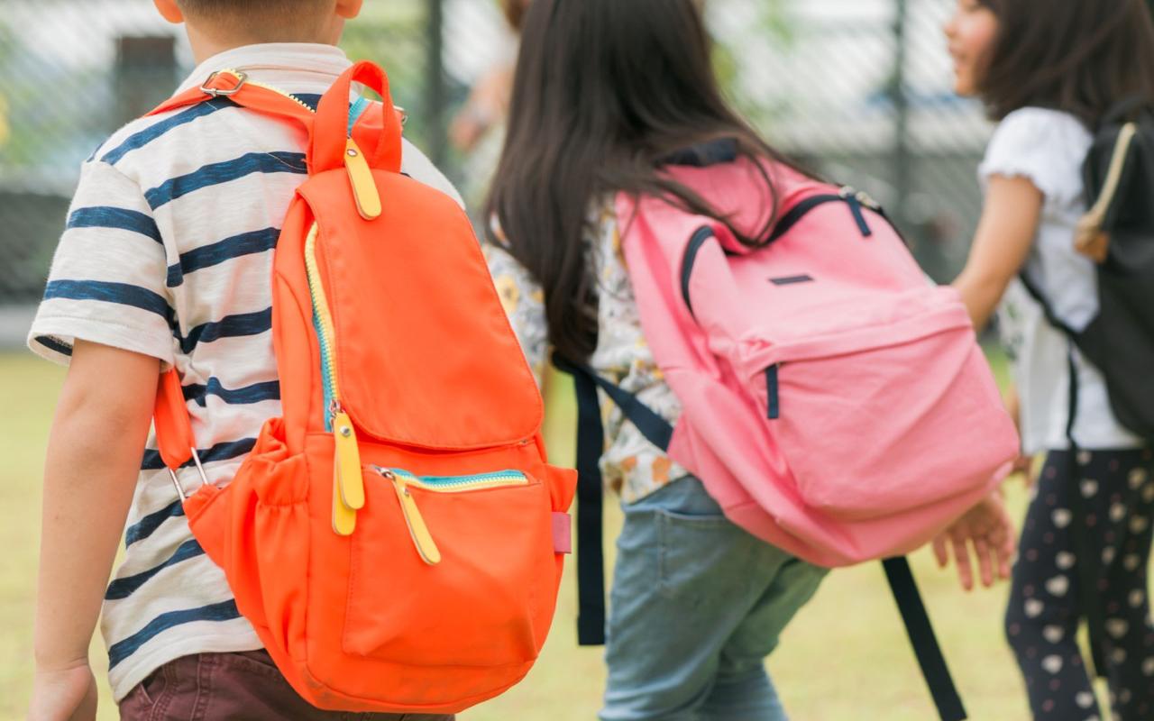 Yanlış ve ağır çanta kullanımı çocuklarda bel ağrısına neden olabilir