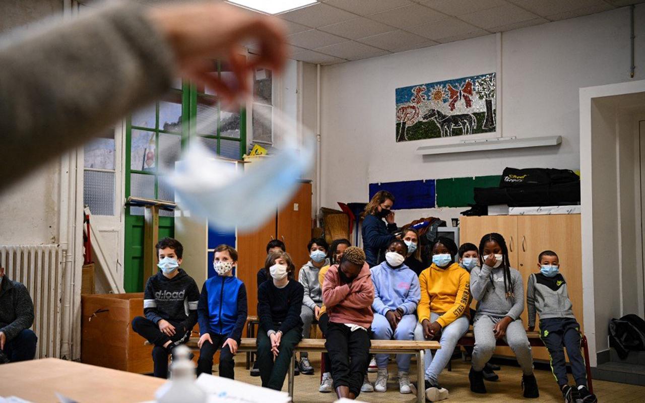 Fransa'da bazı okullardaki maske zorunluluğu kaldırılıyor