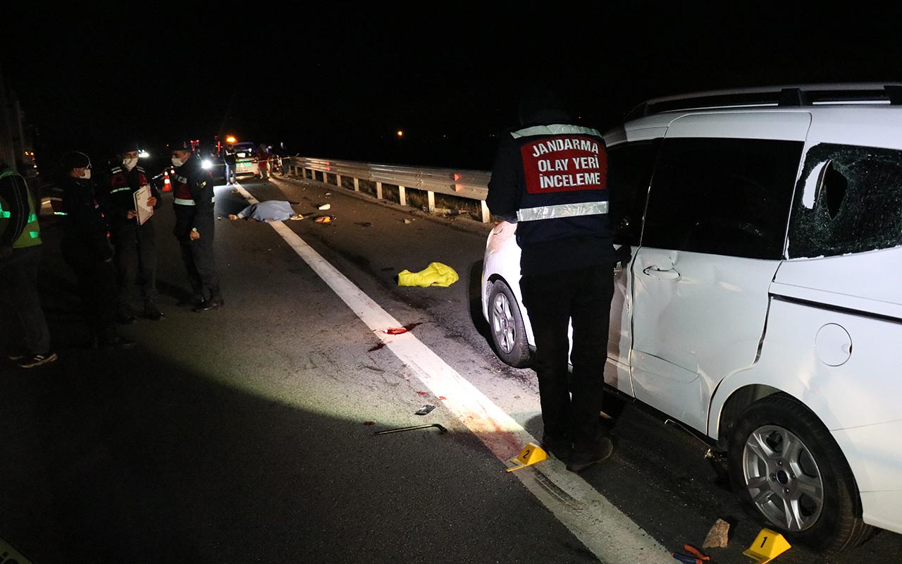 Patlayan lastiği değiştiren 2 kişiye kamyonet çarptı: 1 ölü, 2 yaralı