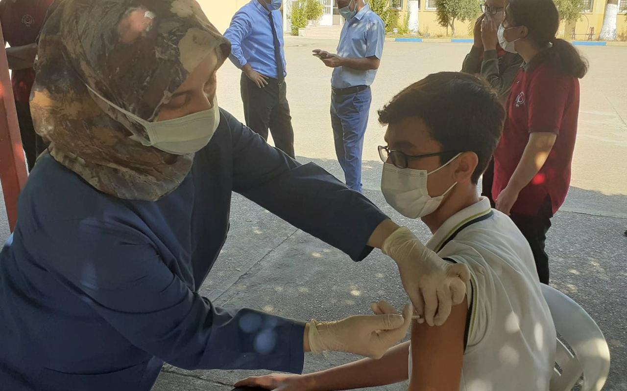 Okullarda aşı yapılan öğrenciler 15 dakika sonra derse katılabiliyor