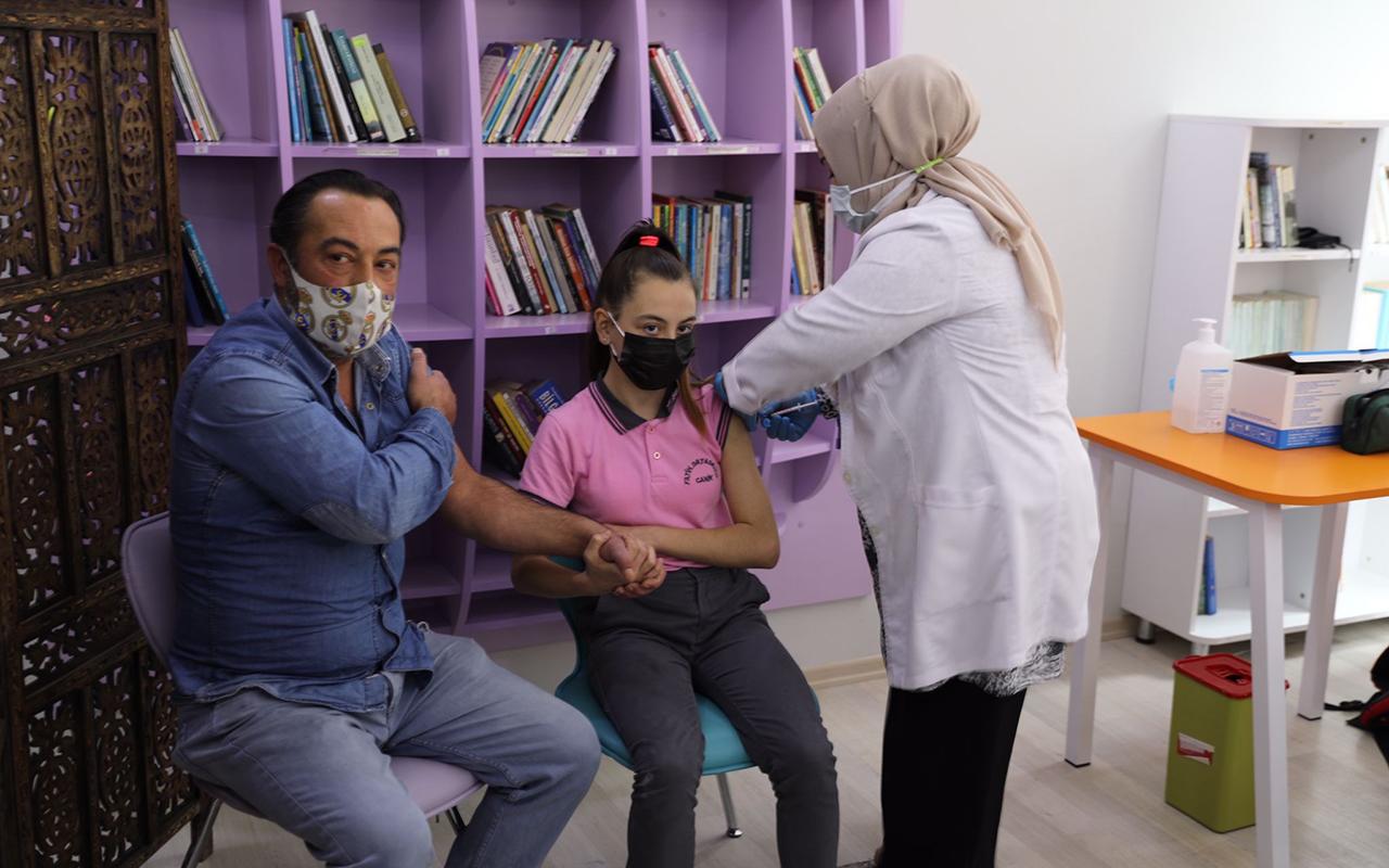Veliler ve çocukları el ele korona aşısı oldu