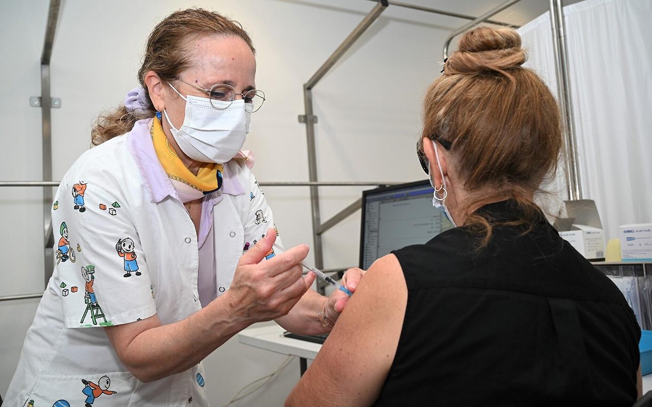 İsrail'de üçüncü doz aşı olmayana aşı kartı yok