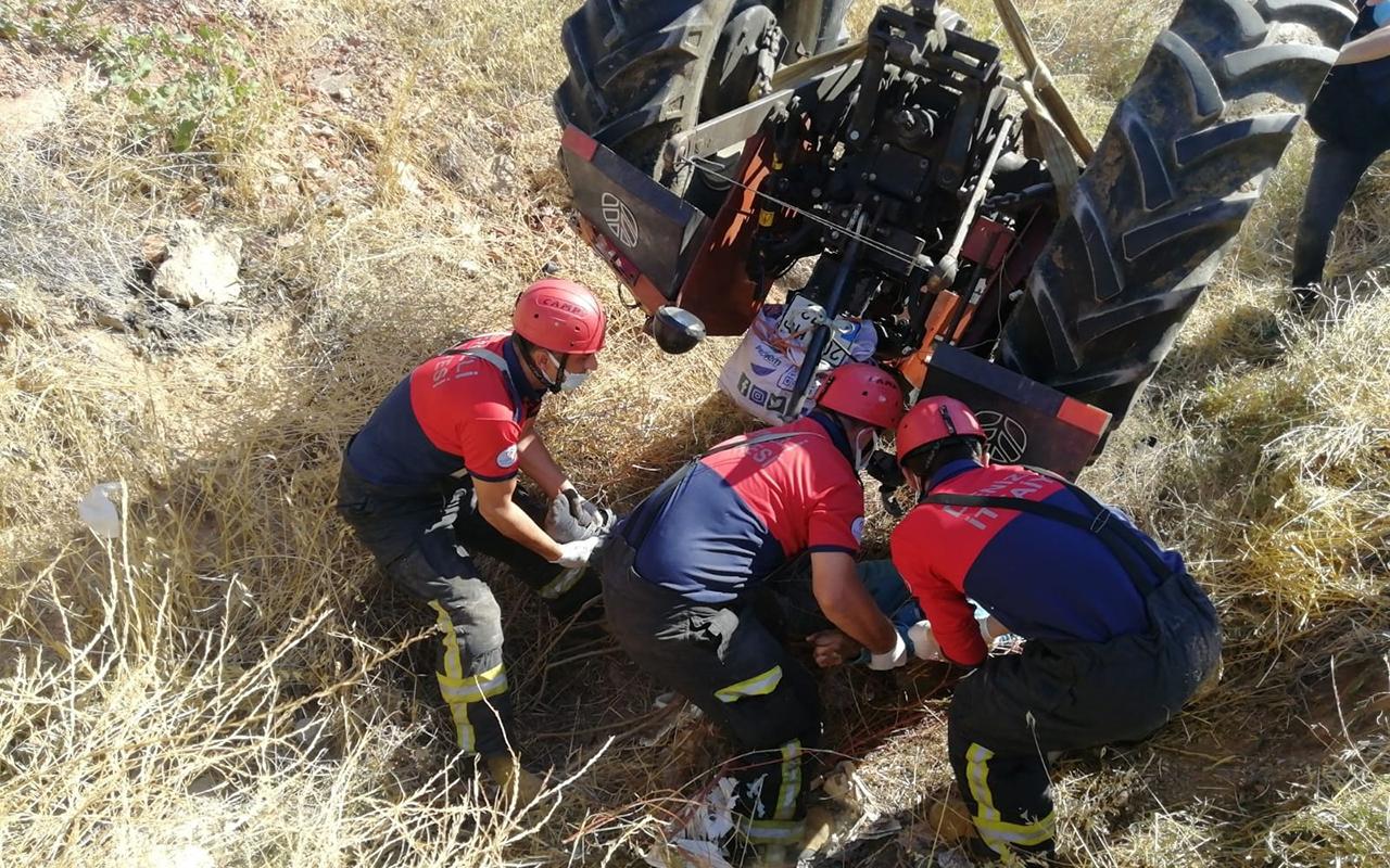 Devrilen traktörün altında kalan sürücü kurtarılamadı