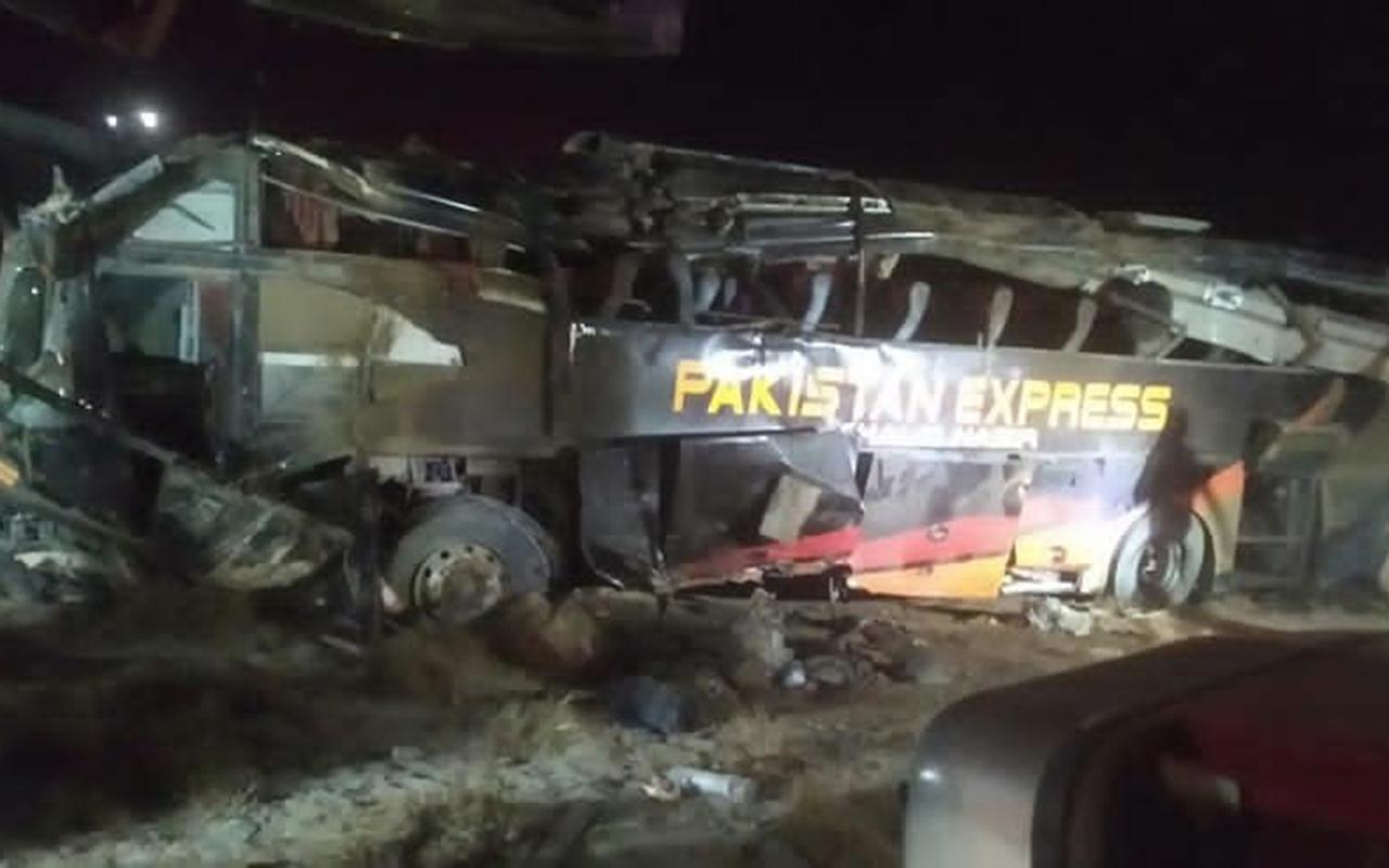 Pakistan'da yolcu otobüsü üst geçitten düştü: 7 ölü, 28 yaralı